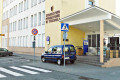 Parkowanie - samochód ochrony na chodniku przez Urzędem Powiatowym w Tucholi