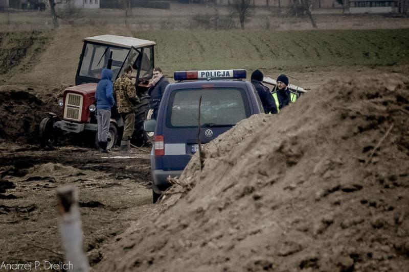 Wypadek śmiertelny Lubińsk (gm. Cekcyn) ładowacz przygniótł rolnika 7.03.2016-4