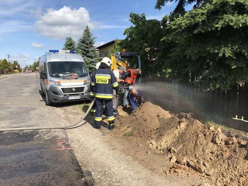 rozszczelnienie rury z gazem Cekcyn ul. Szkolna 5.06.2017 fot. A. Chmara 1