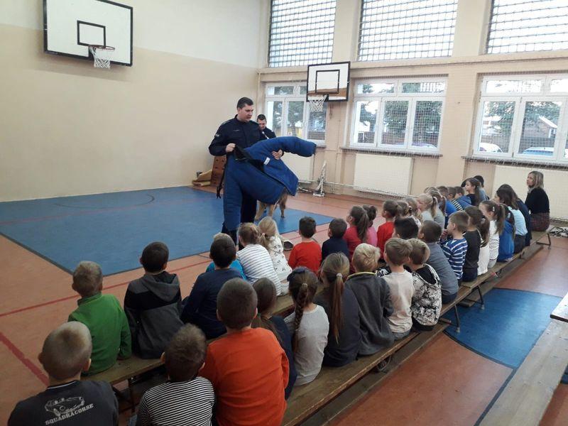 Policjanci w SP Cekcyn 01.2019 fot. KPP Tuchola 1