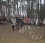 Mieszkańcy gm. Gostycyn pod pomnikiem pomordowanych w Rudzkim Moście 11.2029 08