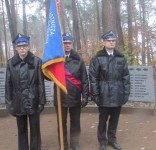 Mieszkańcy gm. Gostycyn pod pomnikiem pomordowanych w Rudzkim Moście 11.2029 09