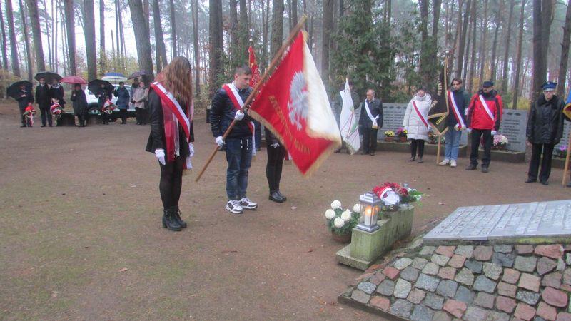 Mieszkańcy gm. Gostycyn pod pomnikiem pomordowanych w Rudzkim Moście 11.2029 18